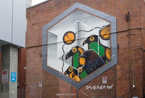 Murale de 4 oiseau dont un corbeau, encadrés par une forme hexagonale