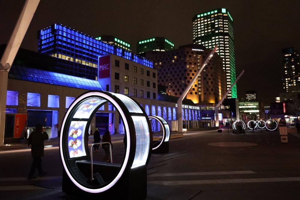 Vue sur les zootropes de l'installation Loop, sur la Place des Festivals