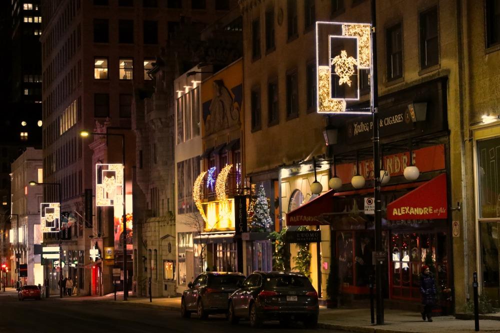 Rue Peel, avec trois lampadaires arborant les images de clan des Kanien'kehá:ka: la tortue, le loup et l'ours