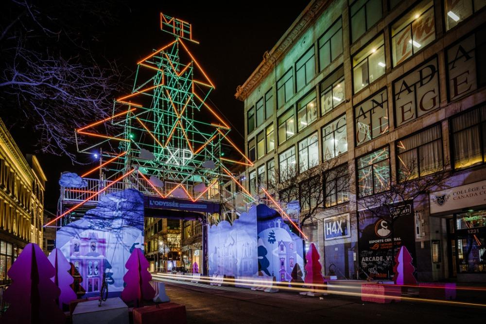 Structure illuminée de sapin géant au-dessus de la rue Sainte-Catherine