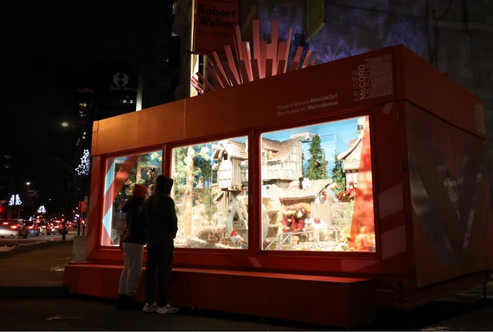 Ancienne vitrine mécanique Ogilvy au coin des rues Victoria et Sherbrooke